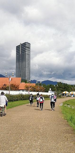 『びわ湖チャリティー100km歩行大会』参加者、頑張って「大津プリンスホテル」近くを・・